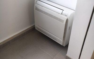 Installation et mise en service d'une climatisation réversible mono-split console de marque Daikin dans un appartement à Mandelieu-la-Napoule.
