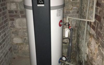 Installation d'un système de climatisation gainable Mitsubishi ballon chauffe-eau thermodynamique dans une maison individuelle à Villeneuve-Loubet
