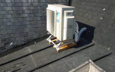 Installation d'un système penta-split Daikin sur un toit à Gentilly en région parisienne.